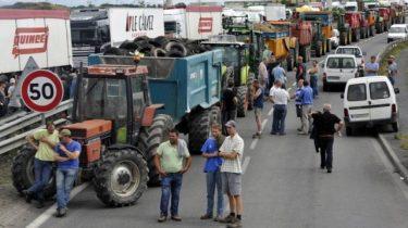 Stakende boeren op de zgn. perifirique, de rondweg rond Parijs